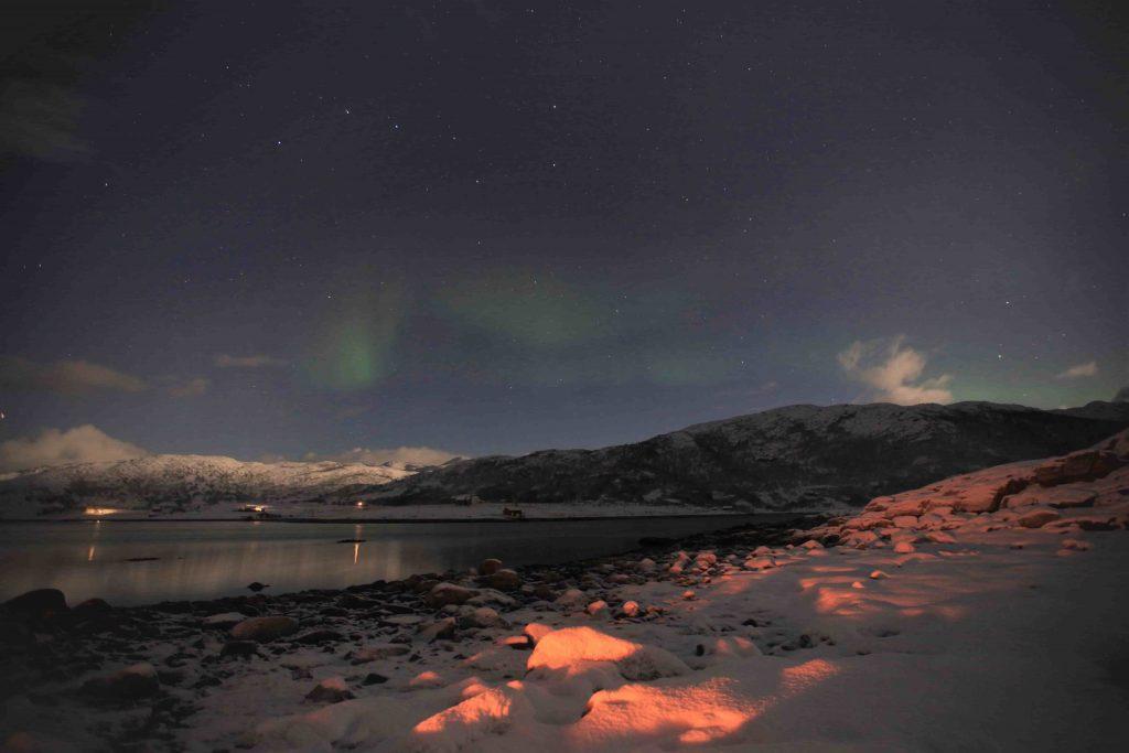 Playa de Tromsø con auroras boreales.
