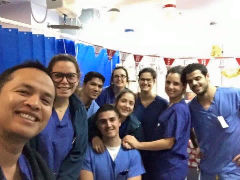 Enfermeros en UCI de neuro celebrando la navidad.